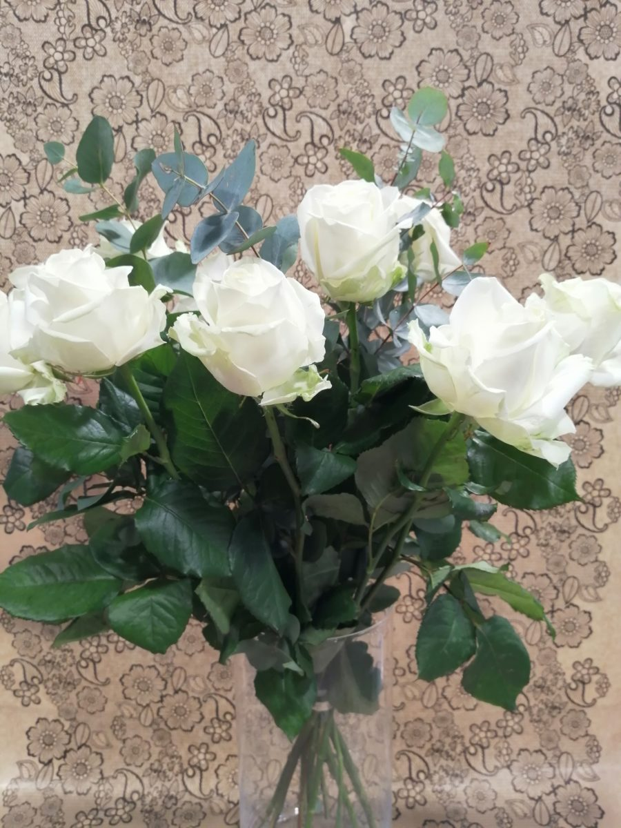 BOUQUET 9 ROSES BLANCHES + EUCA 1